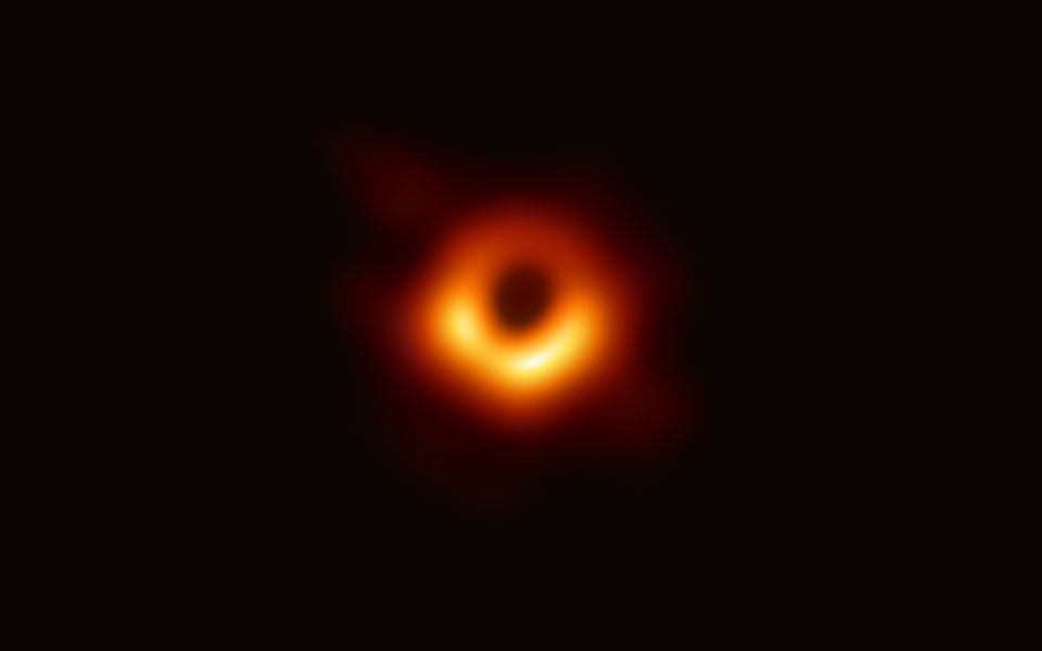 Det første billede af et sort hul - teknologikritik.dk