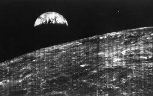 Lunar Orbiter 1 - Earthrise. Teknologikritik.dk